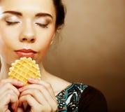 Szczęśliwy lwoman z tortowym opłatkiem Fotografia Stock
