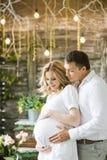 Szczęśliwy mąż i ciężarna żona w kawiarni Fotografia Stock