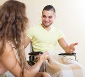 Szczęśliwy mąż opowiada z żoną Zdjęcia Royalty Free