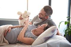 Szczęśliwy mąż rozwesela w górę kobieta w ciąży obraz royalty free