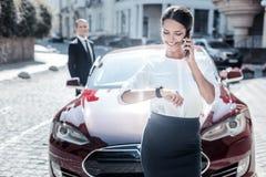 Szczęśliwy mądrze bizneswoman sprawdza czas zdjęcie stock