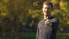 Szczęśliwy mężczyzna śmia się aprobaty outdoors i pokazuje, zatrudnienie, ubezpieczenie społeczne obraz royalty free