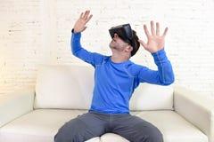 Szczęśliwy mężczyzna żyje izbową kanapy leżankę w domu excited używać 3d gogle ogląda 360 rzeczywistość wirtualną obrazy royalty free