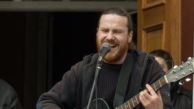 Szczęśliwy mężczyzna Bawić się śpiew i gitarę zdjęcie wideo