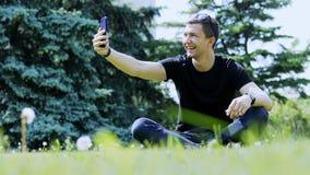 Szcz??liwy m??czyzna bierze selfie na smartphone Wydawa? czas w miasto parku zbiory