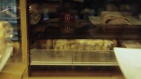 Szczęśliwy mężczyzna bierze tort gabloty wystawowe zdjęcie wideo