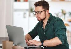 Szczęśliwy mężczyzna biznesmen, freelancer, studencki działanie przy komputerem a zdjęcie stock