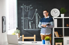 Szczęśliwy mężczyzna biznesmen, freelancer, studencki działanie przy komputerem a obraz stock