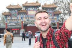 Szczęśliwy mężczyzna być na wakacjach w Azja zdjęcie royalty free