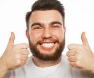 Szczęśliwy mężczyzna daje aprobata znakowi zdjęcia stock