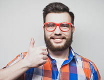 Szczęśliwy mężczyzna daje aprobata znakowi zdjęcie stock