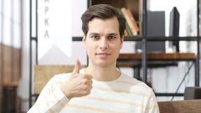 Szczęśliwy mężczyzna daje aprobata znakowi Obrazy Stock