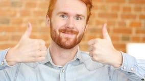 Szczęśliwy mężczyzna daje aprobatom podpisuje, portret Zdjęcia Stock