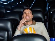 Szczęśliwy mężczyzna dopatrywania film W teatrze zdjęcia royalty free