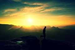 Szczęśliwy mężczyzna doskakiwanie między skałami, mgliste góry Obraz Stock