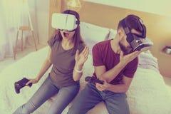 Szczęśliwy mężczyzna i kobieta cieszy się ich nowych VR przyrząda zdjęcie royalty free