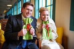Szczęśliwy mężczyzna i kobieta target806_0_ w kawiarni Obraz Royalty Free