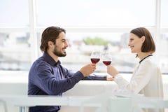 Szczęśliwy mężczyzna i kobiety odświętności wydarzenie zdjęcia royalty free