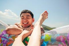 Szczęśliwy mężczyzna na gumowym pierścionku na nieba tle Zdjęcie Royalty Free
