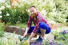 Szczęśliwy mężczyzna ogrodnictwo fotografia royalty free