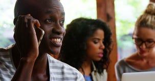 Szczęśliwy mężczyzna opowiada na telefonie komórkowym zdjęcie wideo