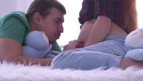Szczęśliwy mężczyzna patrzeje brzucha ciężarnej żony uśmiechnięty zakończenie w górę Para imituje kroki z palcami zdjęcie wideo
