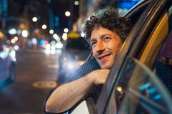 Szczęśliwy mężczyzna patrzeje miasto przy nocą obraz stock