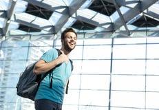 Szczęśliwy mężczyzna podróżuje z torbą w lotnisku Zdjęcie Stock