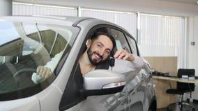 Szczęśliwy mężczyzna pokazuje klucz jego nowy samochód Auto biznes, samochodowa sprzedaż, technologia i ludzie pojęć, - szczęśliw zdjęcie wideo