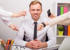 Szczęśliwy mężczyzna przy biurem ma mnóstwo pracę Zdjęcia Stock