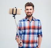 Szczęśliwy mężczyzna robi selfie fotografii Obrazy Stock