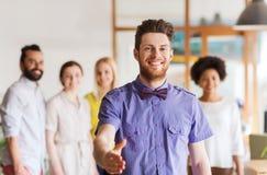 Szczęśliwy mężczyzna robi uściskowi dłoni nad biuro drużyną Zdjęcia Stock