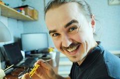 Szczęśliwy mężczyzna sculpting handmade zabawkarskiej pszczoły od plastikowego kleidła, domowy dekoracji craftsmanship hobb obrazy royalty free
