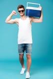 Szczęśliwy mężczyzna stoi nad błękitnym odosobnionym tłem obrazy royalty free