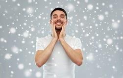 Szczęśliwy mężczyzna stosuje aftershave lub śmietankę twarz Obraz Royalty Free