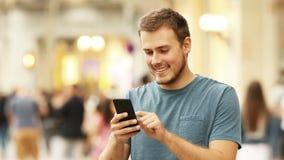 Szczęśliwy mężczyzna używa mądrze telefon zbiory wideo