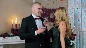 Szczęśliwy mężczyzna w kostiumu i kobiecie w wieczór sukni chwycie Zdjęcia Stock