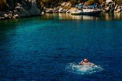 Szczęśliwy mężczyzna w pikowanie maski dopłynięciu w morzu, wycieczki zatoki Marmaris obrazy royalty free