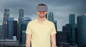 Szczęśliwy mężczyzna w rzeczywistości wirtualnej słuchawki lub 3d szkłach Zdjęcie Royalty Free