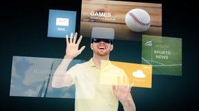 Szczęśliwy mężczyzna w rzeczywistości wirtualnej słuchawki lub 3d szkłach Zdjęcia Royalty Free
