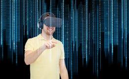Szczęśliwy mężczyzna w rzeczywistości wirtualnej słuchawki lub 3d szkłach Obrazy Stock
