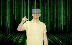 Szczęśliwy mężczyzna w rzeczywistości wirtualnej słuchawki lub 3d szkłach Obraz Stock