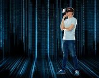 Szczęśliwy mężczyzna w rzeczywistości wirtualnej słuchawki lub 3d szkłach Fotografia Royalty Free