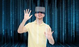 Szczęśliwy mężczyzna w rzeczywistości wirtualnej słuchawki lub 3d szkłach Obraz Royalty Free