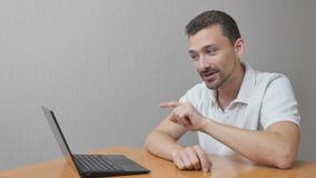 Szczęśliwy mężczyzna wyjaśnia coś online zdjęcie wideo