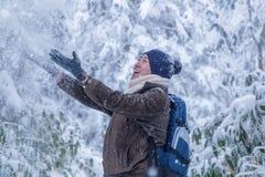 Szczęśliwy mężczyzna z śnieżnym światem zdjęcie stock