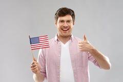 Szczęśliwy mężczyzna z flagą amerykańską pokazuje aprobaty obraz stock