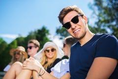 Szczęśliwy mężczyzna z jego przyjaciółmi Zdjęcia Stock