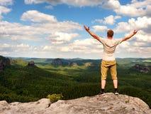 Szczęśliwy mężczyzna z otwartymi nastroszonymi rękami Gest triumf Obraz Stock