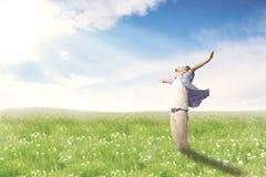 Szczęśliwy mężczyzna z ręki szeroko otwarty cieszy się wiosną na okwitnięcie łące Obraz Stock